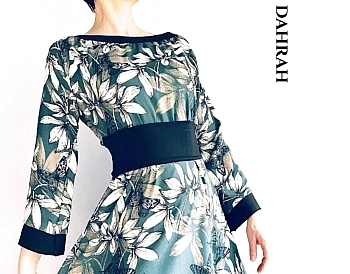 Beautiful dress by Dahrah realized in green georgette, with sewed-on belt and flower pattern.