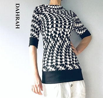 Beautiful Dahrah woman cotton jersey T-shirt with black and white dots.