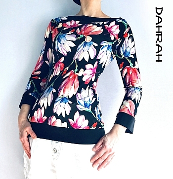Beautiful Dahrah woman cotton jersey T-shirt with black and pink magnolia flower pattern.