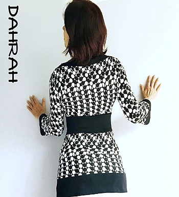 Beautiful Dahrah woman T-shirt in fresh viscose fabric, with a dotty pattern in black and white.